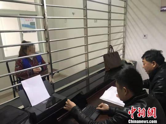 办案民警提审嫌疑人邓某 高慧 摄