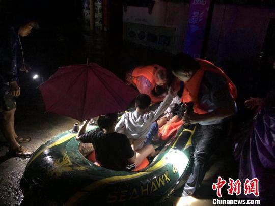 桂林市资源县警方开展洪水救援,转移被困人员。 周伟俊 摄