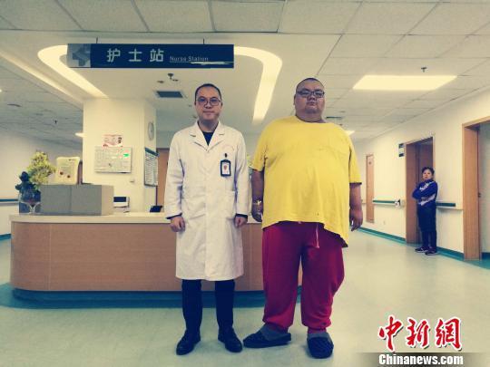 480斤胖小伙通过缩胃减重 一个月减去60斤