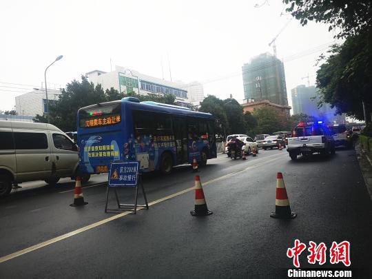 事故现场附近,停着多辆警车,并设置有警示牌。 朱柳融 摄