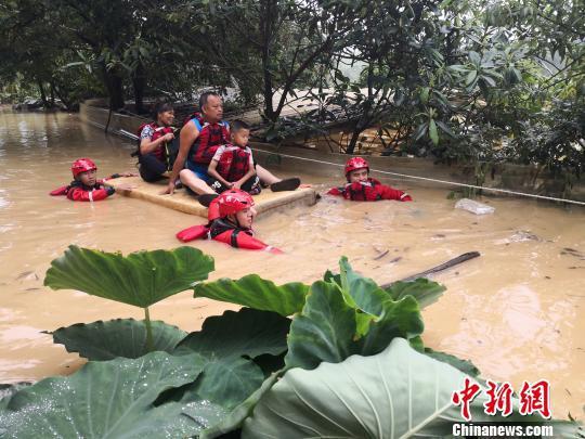 消防员转移被困居民 骆应铭 摄