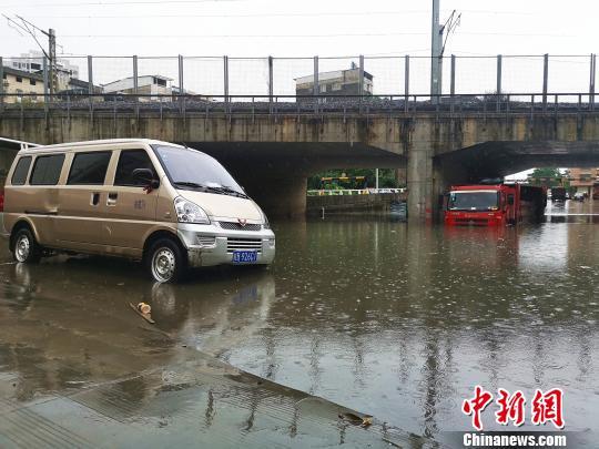 停放在涵洞中的车辆,被泡在水里。 朱柳融 摄