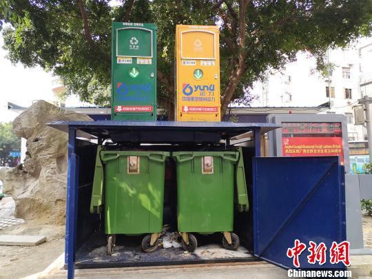 图为地埋式垃圾桶,将垃圾密封储存于地下。 林馨 摄