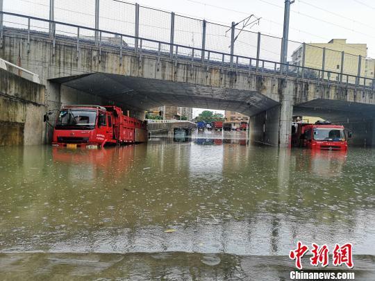 停放在涵洞的货车,车轮已被淹没。 朱柳融 摄