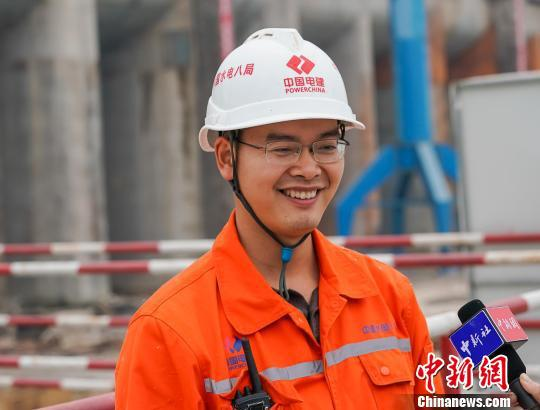 大藤峡工程建设者接受记者采访。 陈冠言 摄