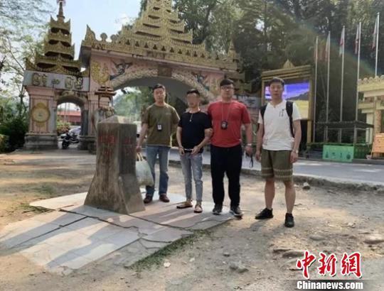 图为:邵某(左二)在中缅边疆被胜利抓获 海宁警方供图