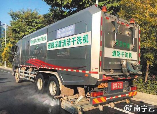 """马路""""吸尘器""""亮相南宁街头 将在广西大力推广应用"""