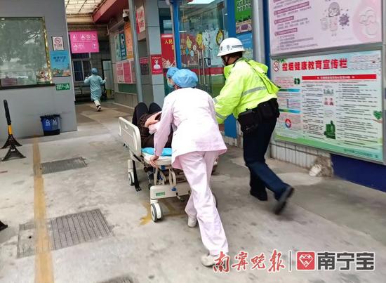南宁一临盆孕妇堵在返程路上羊水破了 交警紧急开道
