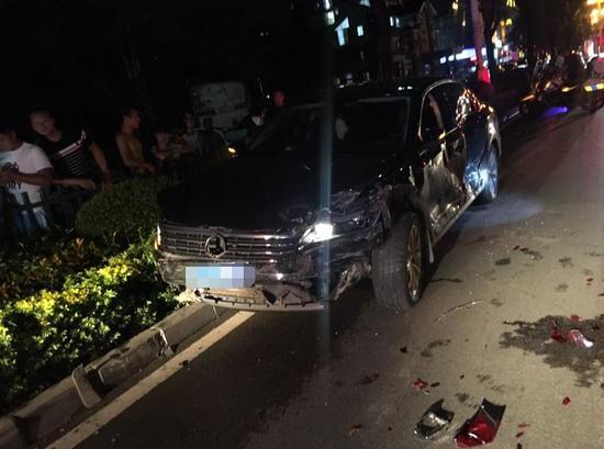 图为事发现场及被撞车辆