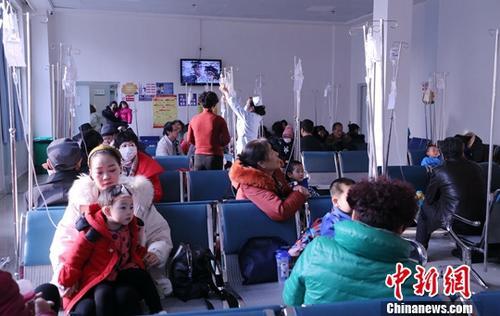 资料图:医院输液室内输液的儿童。中新社记者 马铭言 摄