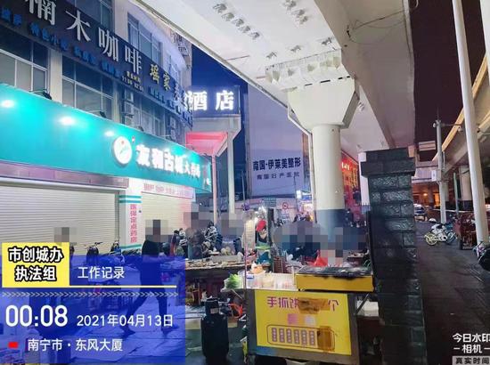 """对占道经营""""零容忍""""!南宁开展夜市烧烤摊整治"""
