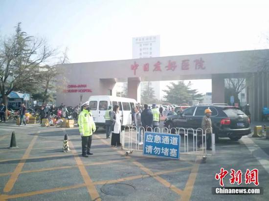 4日上午10时左右,中日友好医院加强警力,保障生命通道畅通。 中新网记者 刘超 摄