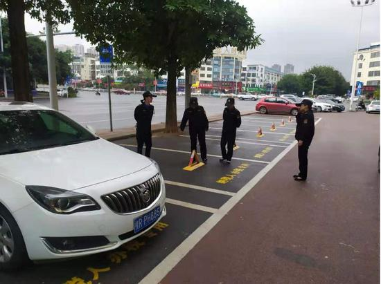 贵港城区某路段车位被私设地锁?市民停车不便被拆除