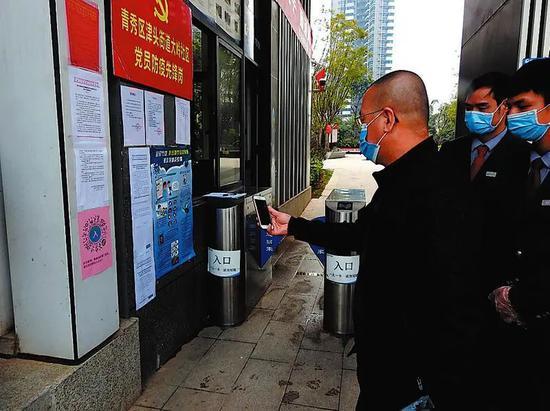 凤岭南路保利·领秀前城小区物业引导居民扫码