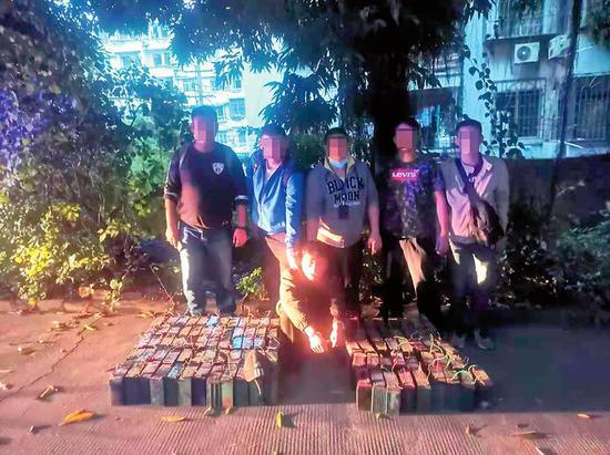 民警抓获一名盗窃电瓶嫌疑人(警方供图)