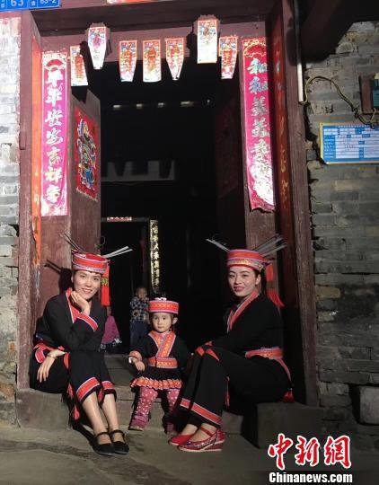 图为汪云玉(左)、汪云贵的女儿(中)和汪云贵(右)身着瑶族服饰。受访者供图
