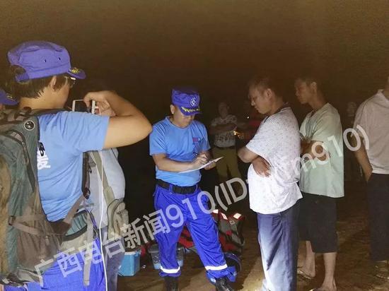 当地镇政府、派出所等单位人员都到在现场进行救援。