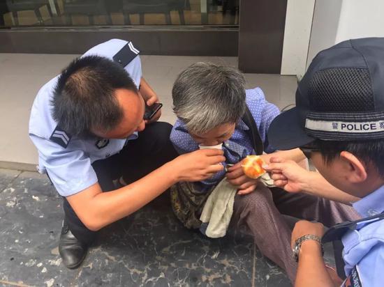 倒地老人扶不扶?看看桂林永福镇派出所民警的答案