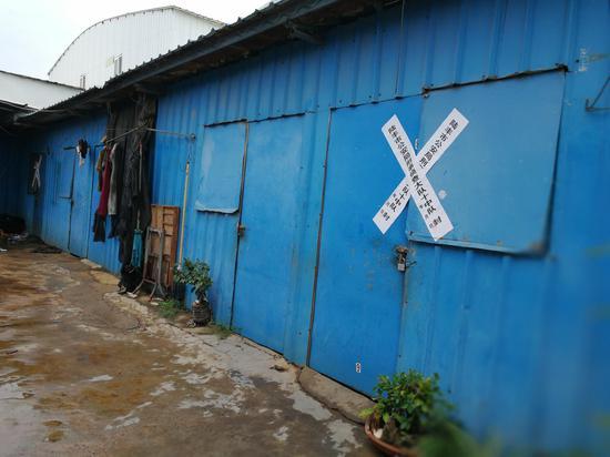 覃志钢的工友胡建全夫妇10月23日在工棚宿舍遇害。澎湃新闻记者 朱远祥 摄
