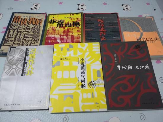 """▲从1998年起,黄集伟将每年搜集的流行语整理成""""语词笔记""""出版。新京报记者 王双兴 摄"""