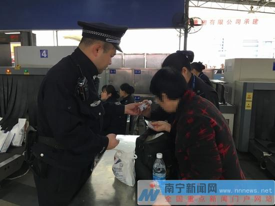 南宁站派出所民警查获携带违禁物品的旅客