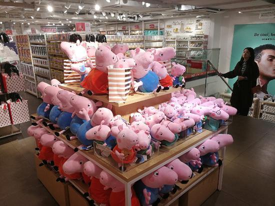 摆放在广州商店展台上的小猪佩奇毛绒玩偶。新华社记者徐弘毅摄