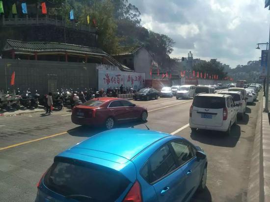 大年初一,龙母庙门前的桂林路一度交通缓慢。