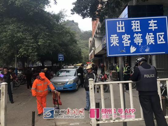 汽车总站出租车乘客等候区(记者 李书厚 摄)