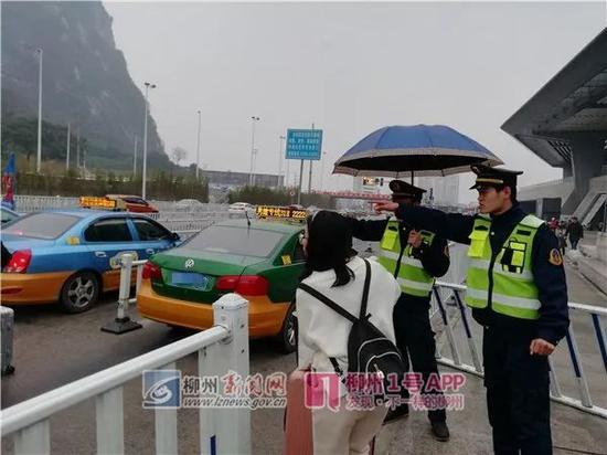 火车站前出租车候客秩序井然(记者 唐小玉 摄)