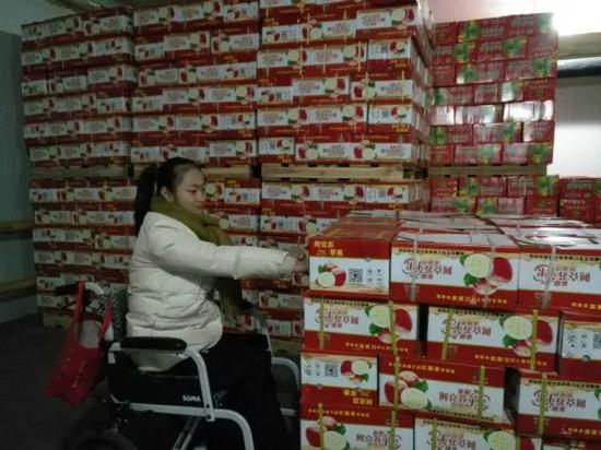 一天之前,李思懿还在为积压的一千多箱水果犯愁。受访者供图