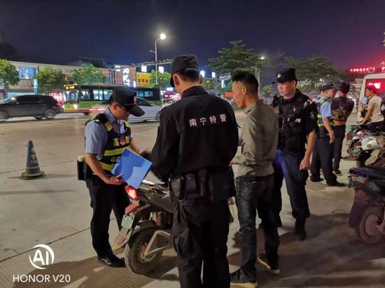 """南宁警方""""暴风六号""""行动查获一批违法犯罪人员"""