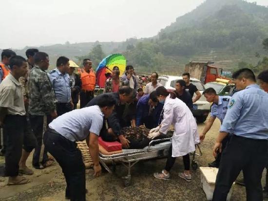当地救援人员对落水者进行紧急救治