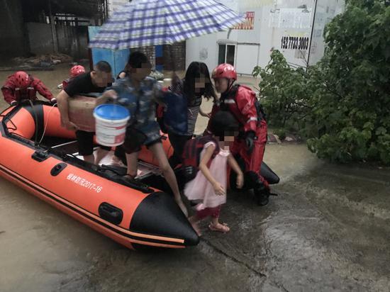 广西暴雨致一木料加工厂被淹 消防人员用橡皮艇救6人