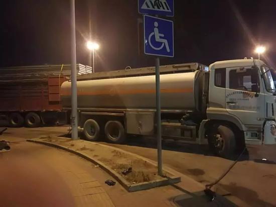 南宁警方持续打击黑加油站 卖油的和加油的都被处罚