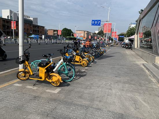 南宁地铁口被乱停放的共享单车包围!执法人员出新招