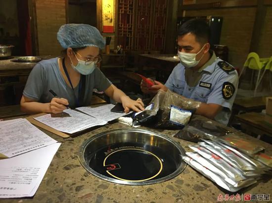 小龙坎在外地被曝使用地沟油 南宁三家加盟店被抽检