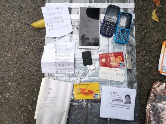 ▲缴获作案手机、银行卡等物品