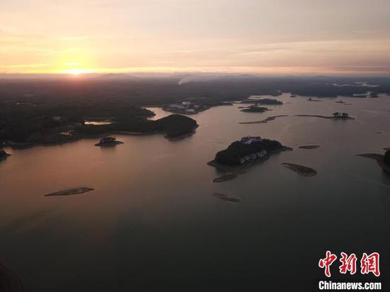 晚霞映照下的星岛湖美如画。 蒋雪林 摄