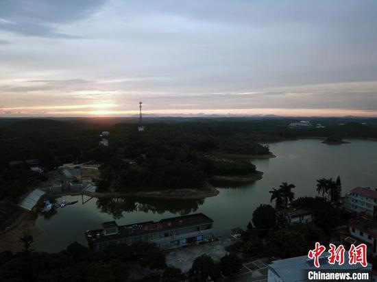 晚霞映照下的星岛湖。 蒋雪林 摄