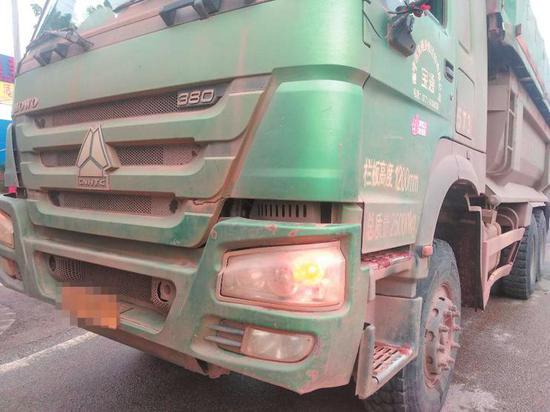◀这辆泥头车车身冲洗不干净带泥上路,被执法人员拦下
