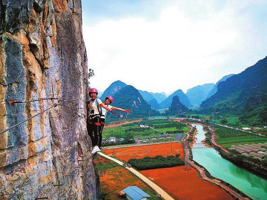 游客在马山县三甲屯攀岩特色体育小镇体验飞拉达 本报通讯员李凌摄