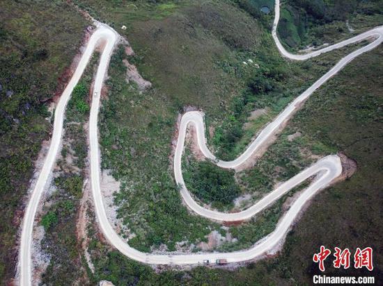 航拍弄顶屯通往大化县城的其中一段山路。 蒋雪林 摄