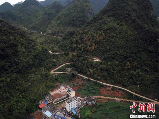 水泥公路已经从弄用小学通到了弄顶屯村民家门口。(航拍于2020年9月21日) 蒋雪林 摄
