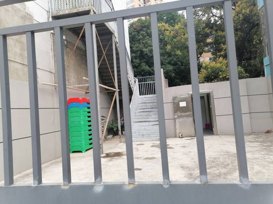 中加国际儿童英语明秀校区另一边门也关闭