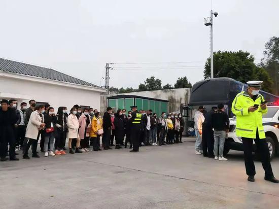 """上个厕所司机消失?55名乘客被""""丢""""广西高速服务区"""