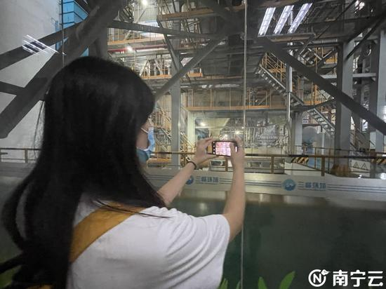 同学们进行参观体验,学习环境保护知识。