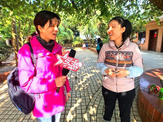 记者采访志愿者