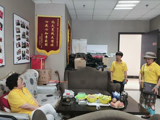 """姚惠荣(左一)在""""知青家园"""""""