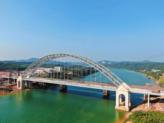 六律邕江特大桥正在进行缆索吊装塔架拆除等施工(广西交通投资集团供图)