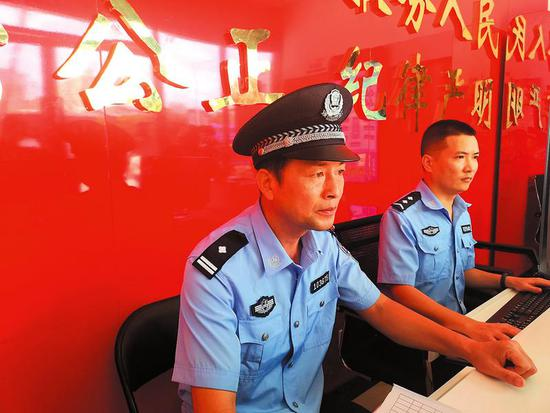 王义军从警12年,一直在一线工作  南宁晚报记者林显威摄